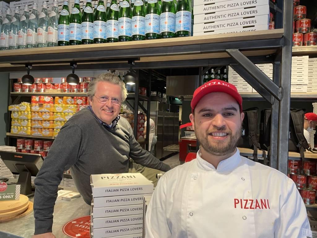 Eigenaar Camille Peters (l) en pizzabakker Django Baten bij Pizzani Italian Pizzabar aan de Kerkstraat