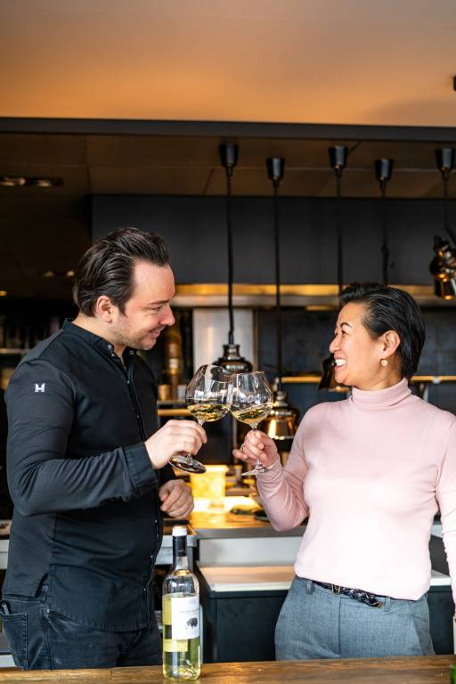 Adrian Zarzo en Sunny Devens heffen samen het glas.