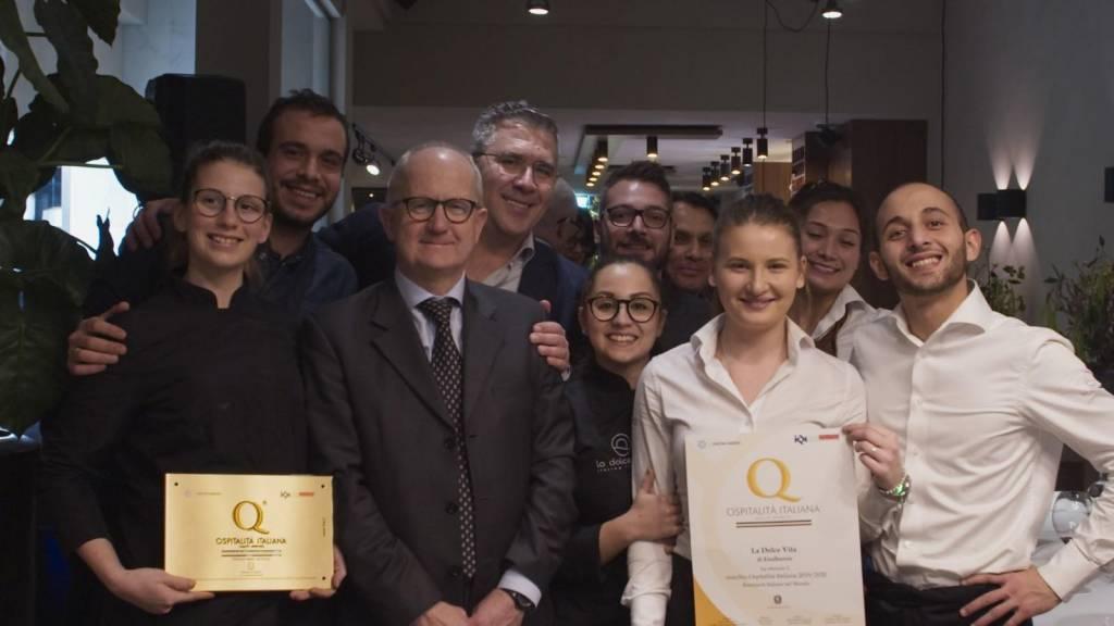 """De toekenning van het certificaat """"Marchio Ospitalita Italiana"""", door De Ambassadeur van Italië in Den Haag: Zijne Excellentie Andrea Perugini."""