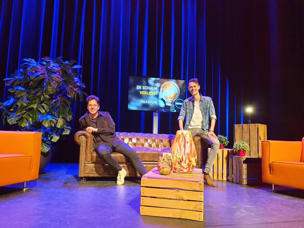Tijdens de eerste uitzending interviewt presentator Mark van der Linden (rechts) onder andere cabaretier Jules Keeris (links).